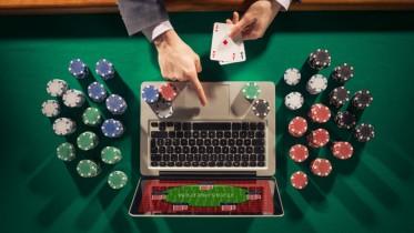 Mann im Anzug spielt online Poker