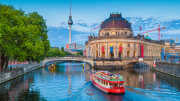 Museumsinsel umgeben von der Spree und der Fernsehturm am Alexanderplatz