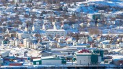 Blick auf die schneebedeckte Stadt Akureyri