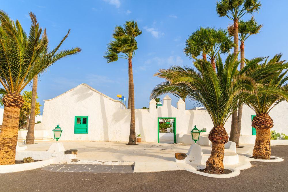 Weiße Häuser und Palmen auf Lanzarote.