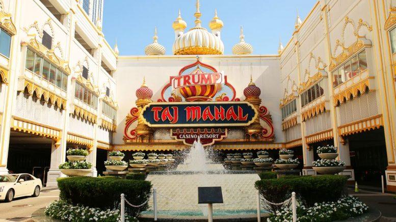 Vorderansicht auf das Trump Taj Mahal mit Logo