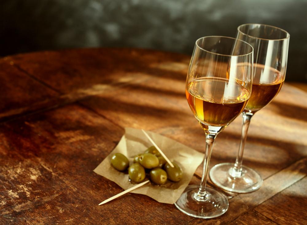 Sherry-Wein aus Spanien, serviert mit grünen Oliven