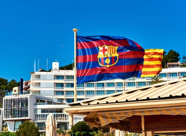 Die Flagge von Barcelona und im Hintergrund die Stadt