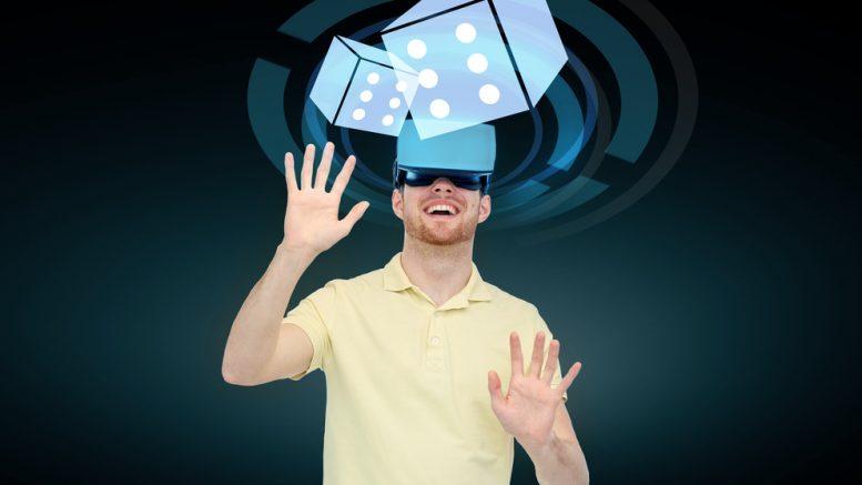 Bild: Mann beim spielen mit einer VR-Brille. Bildquelle: Syda Productions – 411973255 / Shutterstock.com