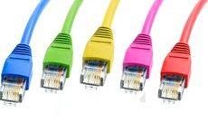 DSL- Kabelanschlüsse in den Farben: Blau, Grün, Gelb, Pink, Rot