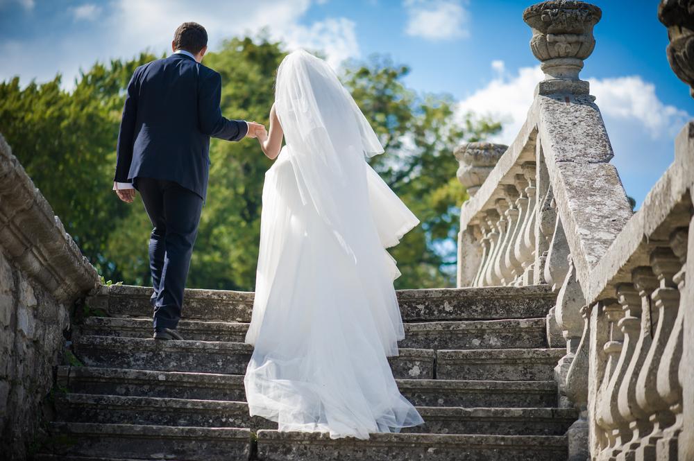 Hochzeitspaar heiratet am Schloss
