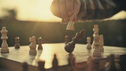 Schach spielen bei Sonnenuntergang