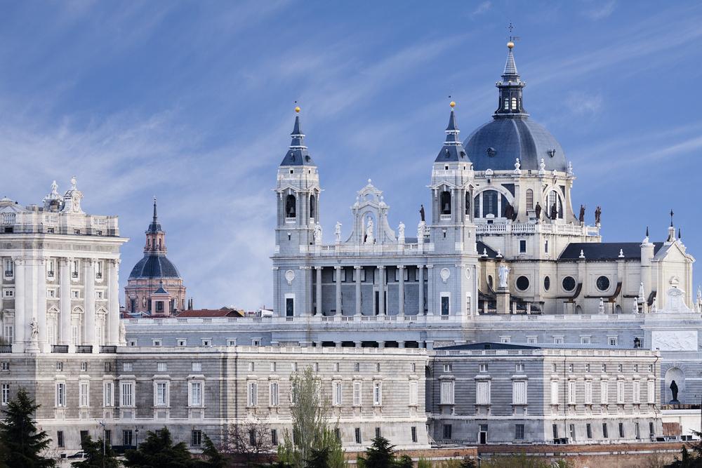 Außenansicht der Almudena Kathedrale in Madrid