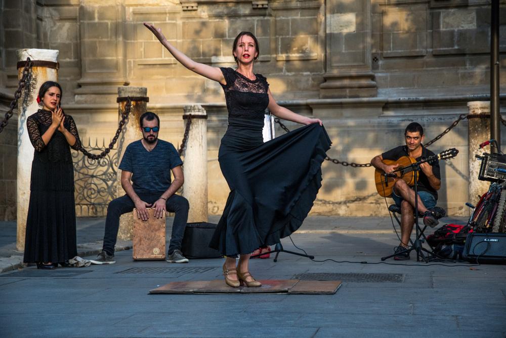 Flamenco-Tänzerin mit Gitarrist und Palmero