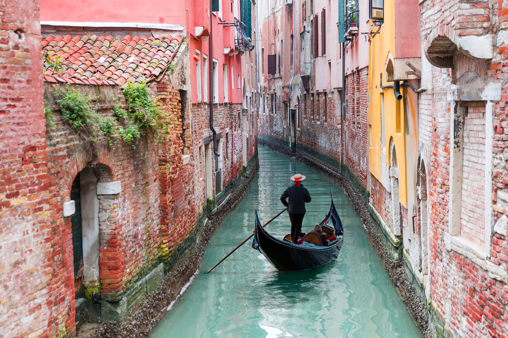 Venezianischer Gondelfahrer bei einer Gondelfahrt