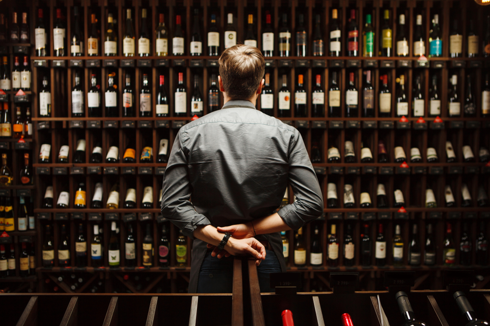 Kunde sucht spanischen Wein im Supermarktregal