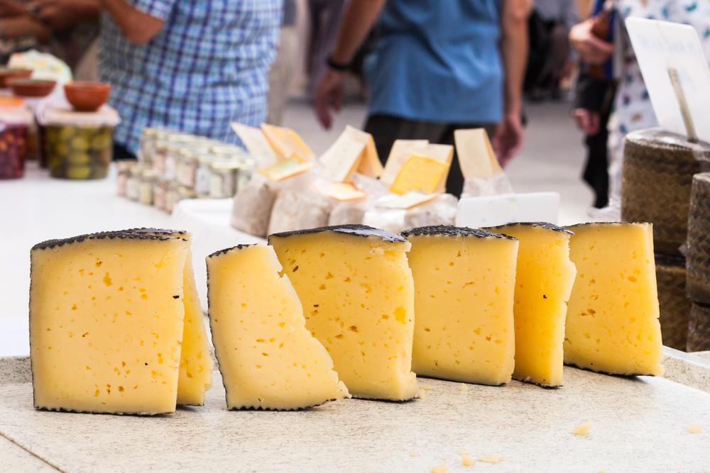 Manchego-Käse wird auf einem spanischen Markt verkauft.
