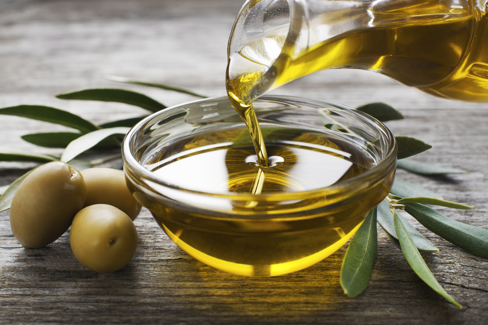 Olivenöl wird für ein Salatdressing verwendet