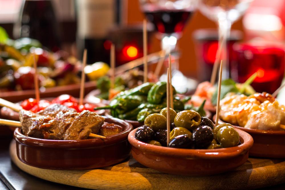 Spanische Tapas in einer Taverne in Madrid