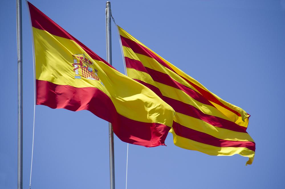 Katalanische und spanische Flagge im Wind