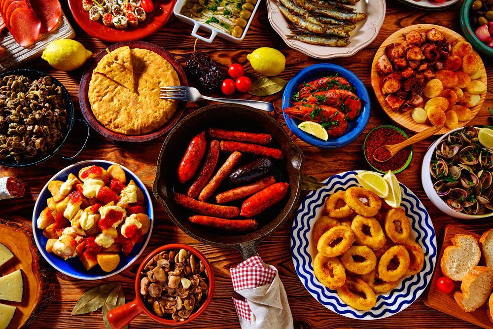 Spanische Tapas von Chorizo bis zu frittiertem Fisch.