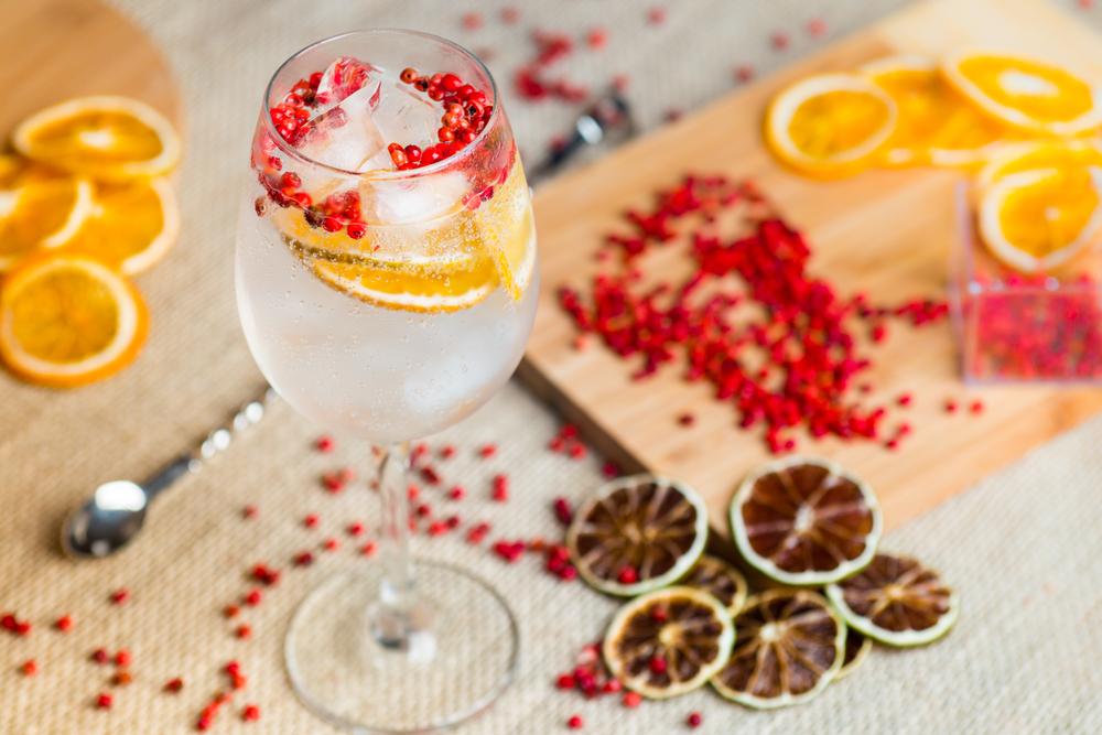 Gin Tonic kann auch mit Orangen und rotem Pfeffer getrunken werden