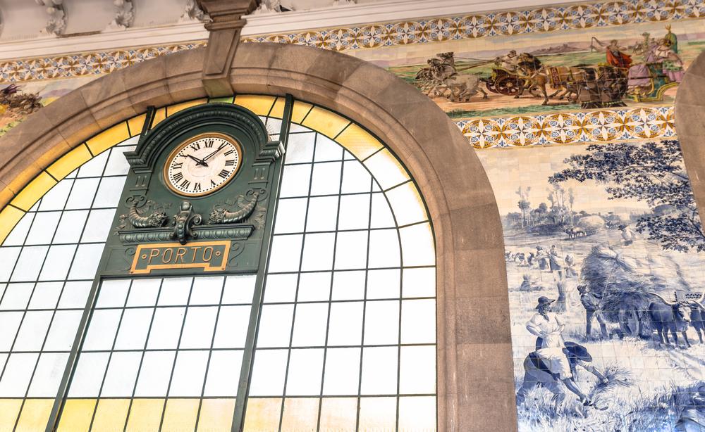 Der Bahnhof in Porto mit blau bemalten Kacheln