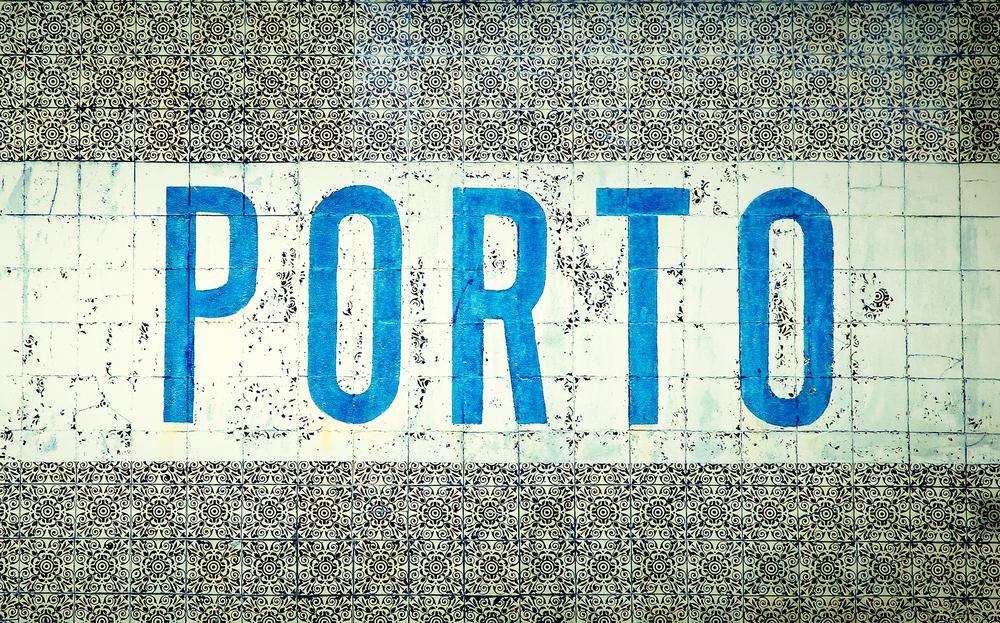 Porto in hellblauer Schrift auf weißen Kacheln