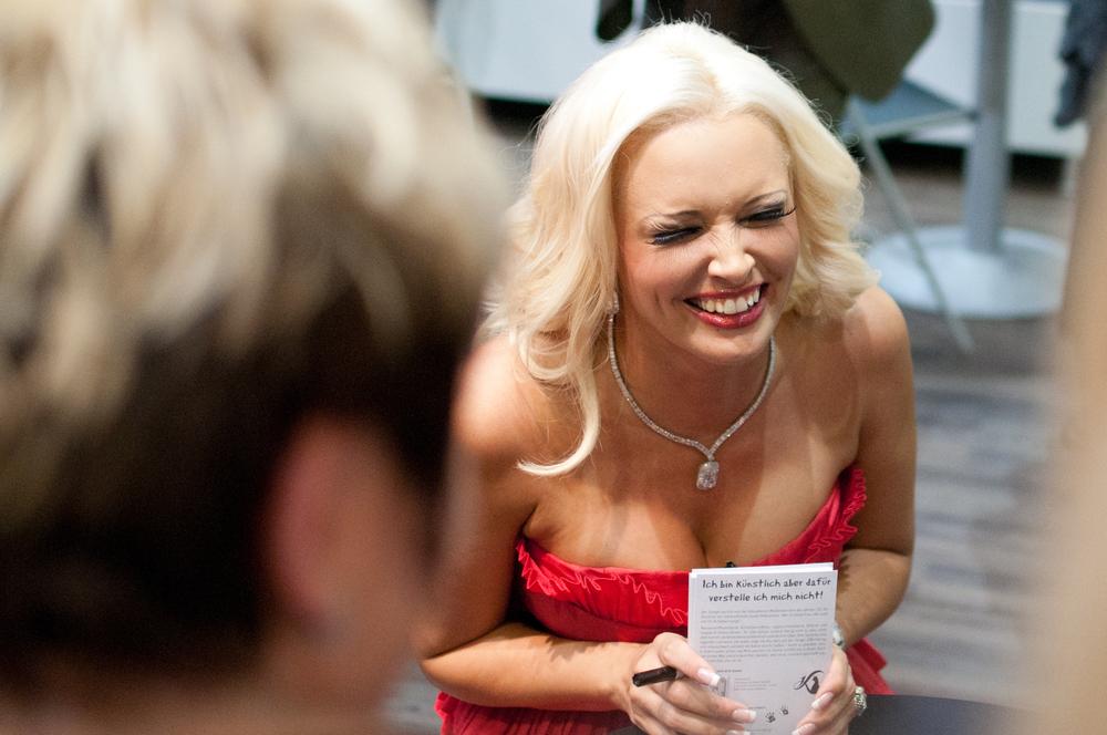Reality-Star Daniela Katzenberger bei der Frankfurter Buchmesse 2011