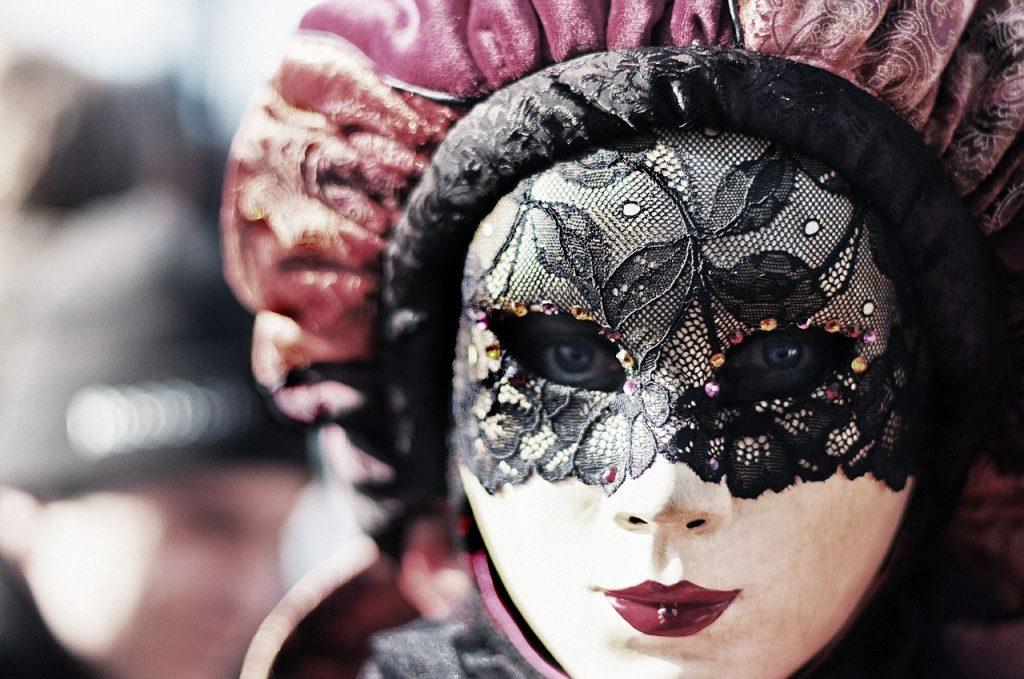 Frau trägt venezianische Maske beim Karneval