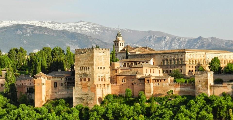 Alhambra ist ein beliebtes Touristenziel.