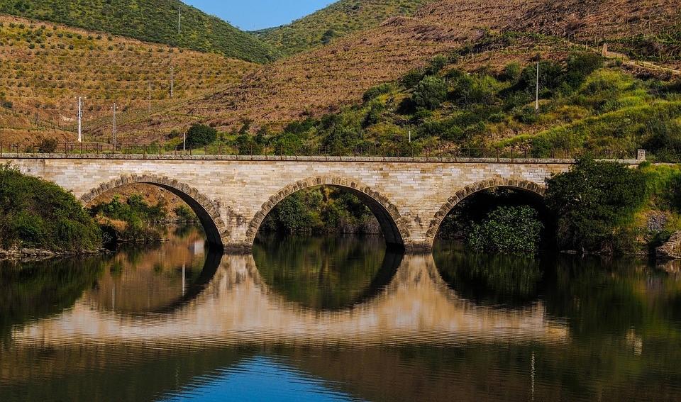 Brücke & Weinberge vom Boot auf dem Duero aus.