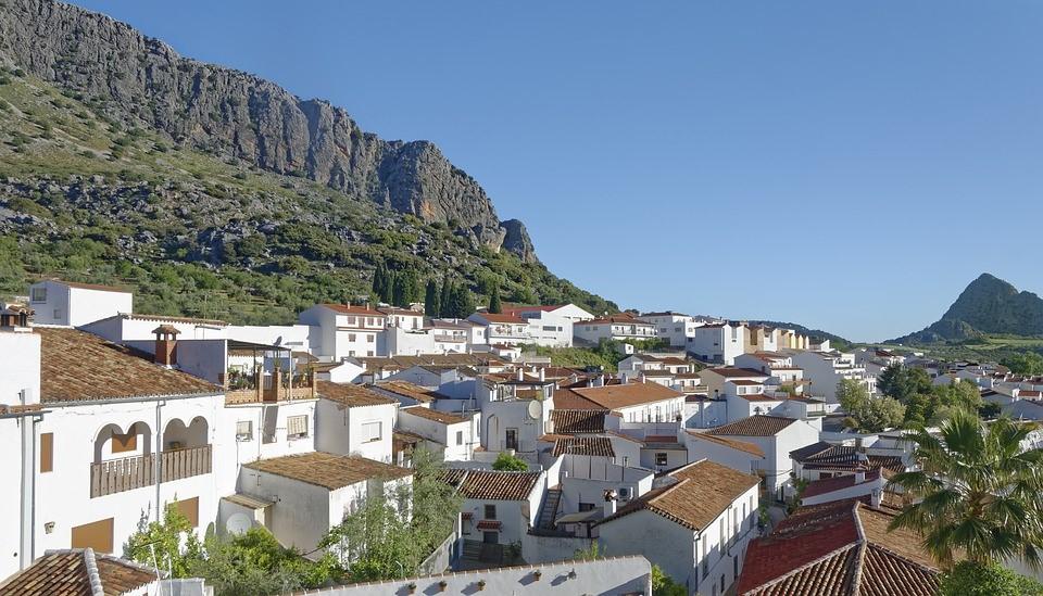 Weiß gekalkte Häuser sind typisch für Andalusien.