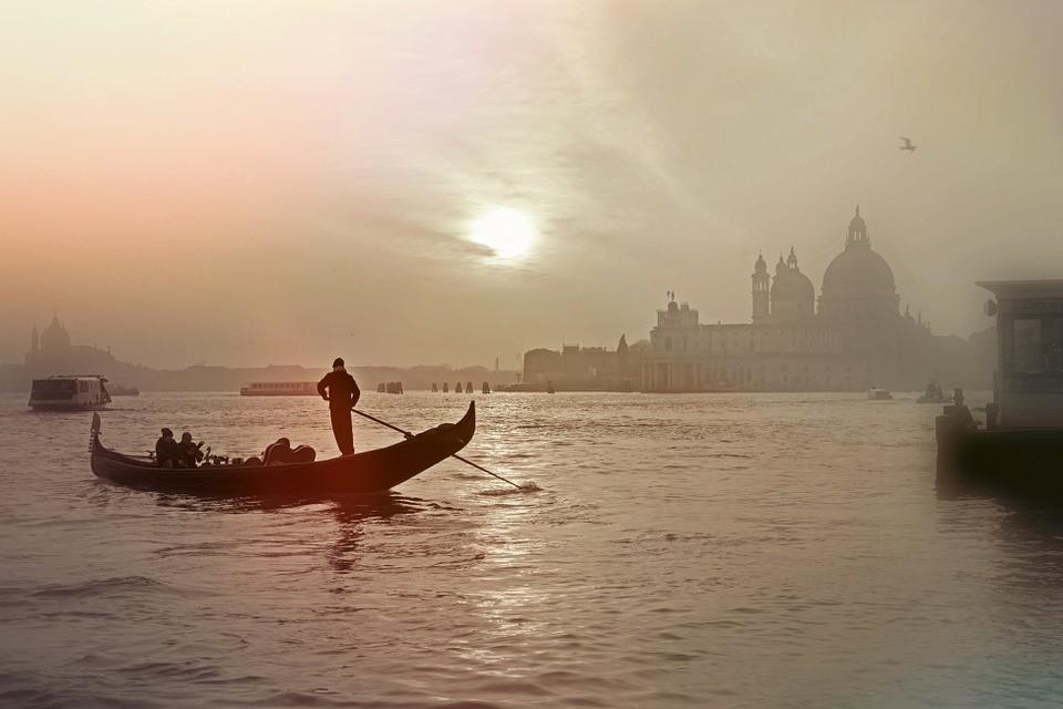 Ein Wassertaxi bringt Urlauber zu den Inseln um Venedig.