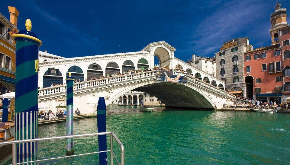 Die Rialtobrücke ist eine der bekanntesten Brücken Venedigs.