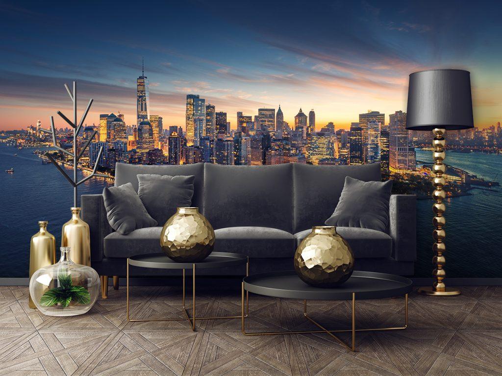 Couch, Tische und Dekorationen mit dem Blick auf eine Fototapete im Hintergrund