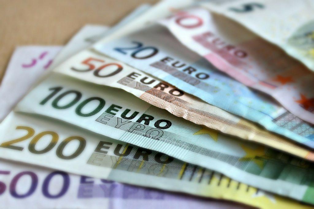 Mehrere Geldscheine liegen übereinander auf dem Tisch.